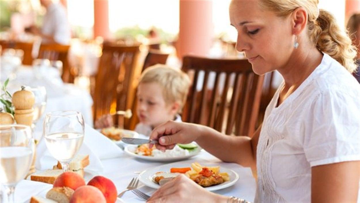 Dans une grande réunion, les enfants mangent-ils avec ou avant les adultes?