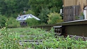 Un gros plan sur les rails qu'empruntaient autrefois le train à vapeur Hull-Chelsea-Wakefield.
