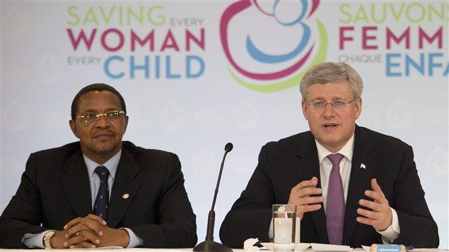 Stephen Harper, accompagné du président de la Tanzanie, Jakaya M. Kikwete, à l'ouverture du sommet intitulé « Sauver chaque femme, chaque enfant : un objectif à notre portée », à Toronto, le 28 mai