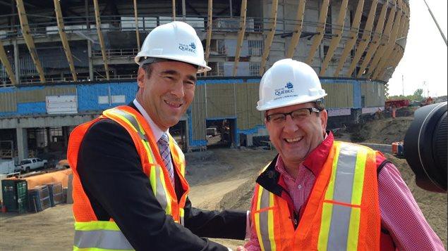 Le PDG de Quebecor Pierre Dion et Régis Labeaume devant l'amphithéâtre en construction