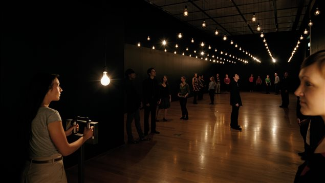 Rafael Lozano-Hemmer, «Pulse room» : 300 ampoules incandescentes, contrôleur de voltage, ordinateur, câblage, capteurs de fréquence cardiaque et support en acier inoxydable, 1/1