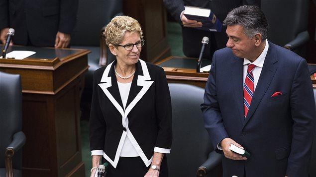 Le ministre des Finances Charles Sousa en compagnie de la première ministre Kathleen Wynne