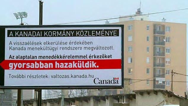 Traduction de ce panneau publicitaire en Hongrie :   Un message du gouvernement du Canada  À cause d'abus, le système canadien d'asile a changé. Les demandeurs déboutés seront renvoyé plus rapidement dans leur pays.