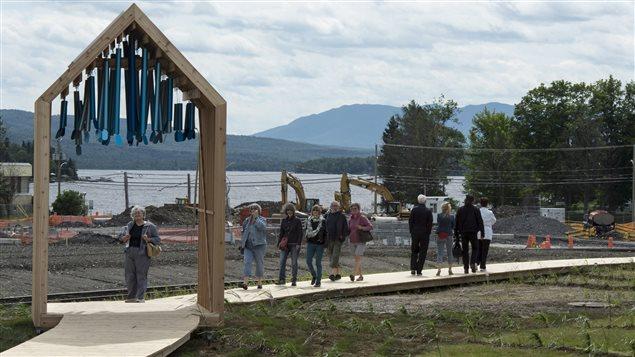 Promenade en bois devant le lieu de l'accident au centre-ville de Lac-Mégantic