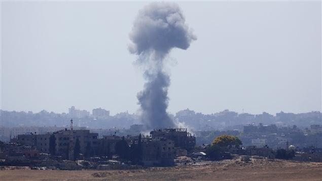 Nuage de fumée après une explosion dans le nord de la bande de Gaza. Israël a repris ses frappes six heures après l'annonce d'une trêve, mardi.