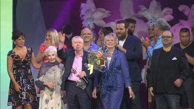 Gilles Latulippe, entouré de Janine Sutto et Béatrice Picard