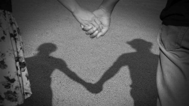 Deux personnes se tiennent la main
