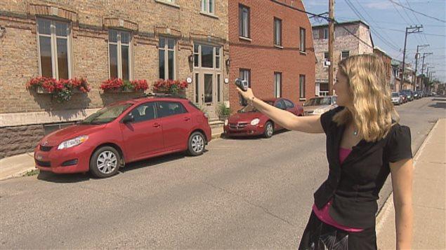 Notre journaliste Sarah Dion-Marquis utilise le détecteur de chaleur dans le quartier Saint-Sauveur.