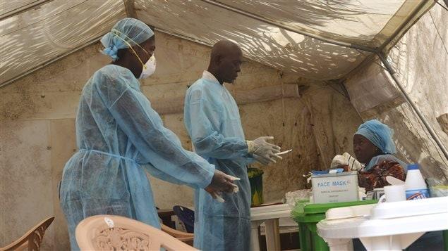 Des travailleurs sanitaires au Sierra Leone