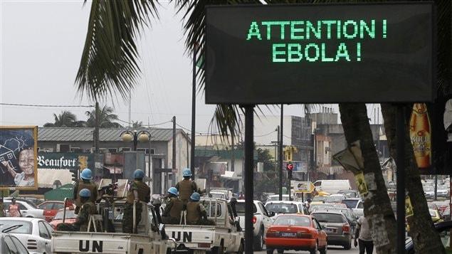 Une affiche pour sensibiliser la population au Ebola sur le bord d'une route d'Abidjan, en Côté d'Ivoire.