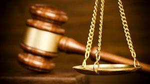 Justice : marteau et balance
