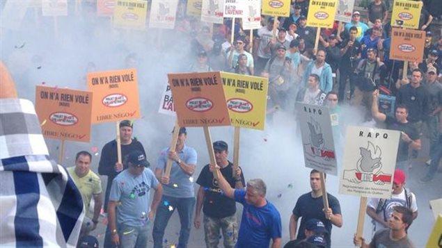 Des employés de la Ville de Montréal ont manifesté devant l'hôtel de ville avant de pénétrer dans le bâtiment.