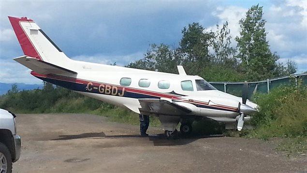 Un avion accidenté contre une clôture