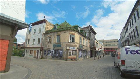 L'édifice situé à l'angle des rues Saint-Joseph et Monseigneur-Gauvreau