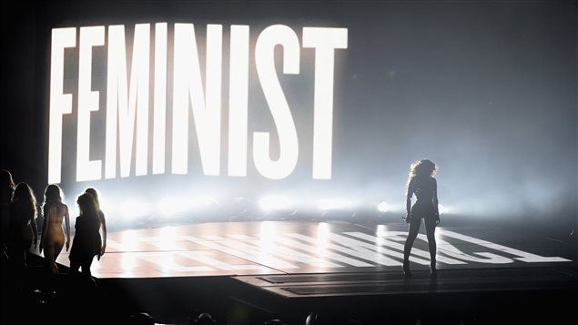Beyoncé interprète « Flawless » aux MTV Video Music Awards 2014 devant une projection du mot « féministe ».