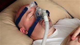 Un homme souffrant d'apnée du sommeil porte un masque