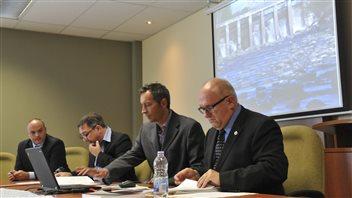 Le maire de Saint-Jérôme Stéphane Maher (deuxième à partir de la droite) demande à Hydro-Québec de résilier le contrat de Mini Centrale de l'Est.