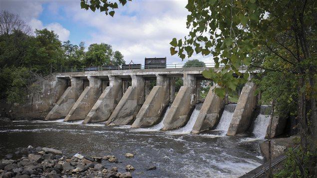 Le barrage exploité par Mini Centrale de l'Est inc, sur la rivière du Nord, à Saint-Jérôme