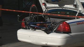 Le vélo a été placé dans le coffre arrière de l'auto-patrouille