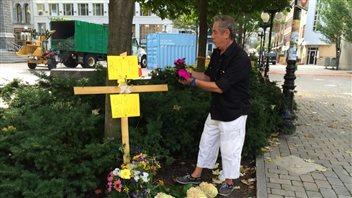 Des citoyens ont déposé des fleurs sur les lieux de l'accident.