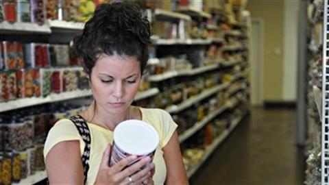 Une femme regarde une étiquette