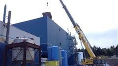 Soixante tonnes de matériaux entrent par le toit de l'usine de Cap-Chat.