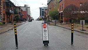 Une affiche sur laquelle on peut lire « Rue piétonne jusqu'au 15 octobre 2014. Stationnements publics accessibles via la rue Wellington » bloque l'accès aux véhicules à une section piétonne de la rue Laval, à Gatineau (archives).