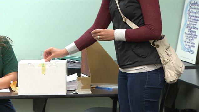 Une enseignante vote par anticipation dans les bureaux de l'Association des enseignants des écoles élémentaires de Vancouver mercredi.
