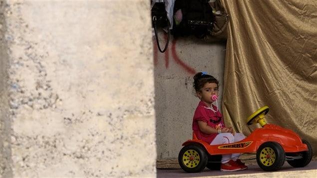 Une fillette dans un camp de réfugiés