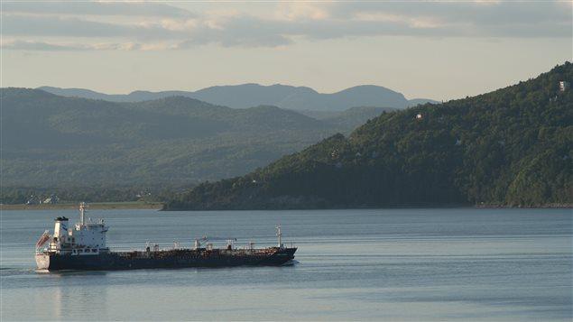 Un pétrolier passe entre l'Isle-aux-Coudres et Baie-Saint-Paul