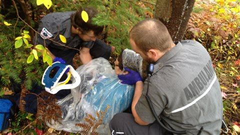 Des étudiants en soins préhospitaliers d'urgence du campus de Val-d'Or du Cégep de l'Abitibi-Témiscamingue participent à des exercices de simulations