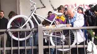 Un vélo «fantôme» a été installé à l'endroit de la collision en mémoire de Mathilde Blais