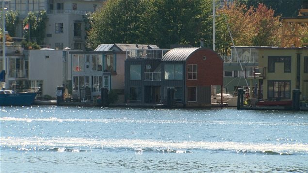 vivre dans sa maison sur l 39 eau toute l 39 ann e ici radio. Black Bedroom Furniture Sets. Home Design Ideas
