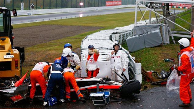 L'équipe médicale s'affaire autour de la voiture de Jules Bianchi