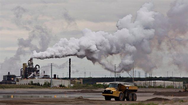 Site d'extraction du pétrole des sables bitumineux de Syncrude à Fort McMurray en Alberta