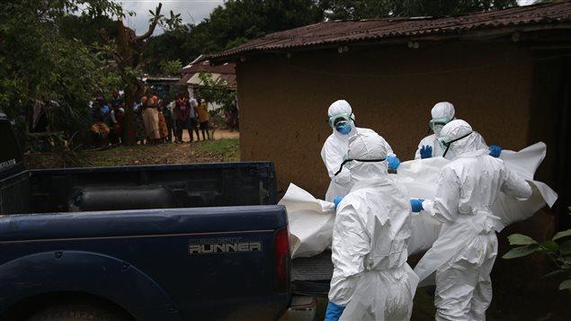 Cette équipe de la Croix-Rouge s'occupe de la gestion des dépouilles, hautement contagieuses, au Libéria.