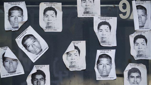 Des photos d'étudiants mexicains disparus sont affichées à un poste de péage