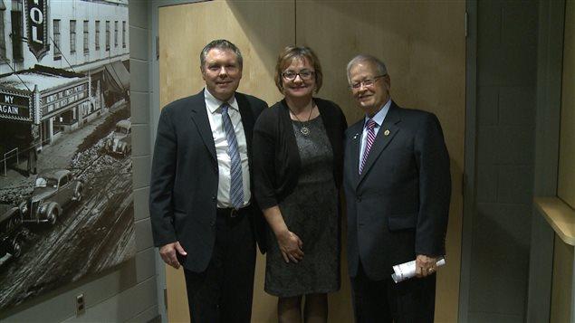 Les lauréats des prix de l'Assemblée de la francophonie de l'Ontario : (de gauche à droite) le juge Ronald Marion, Gaëtane Pharand, du conseil d'administration d'Action ontarienne contre la violence faite aux femmes, et l'ancien député Jean-Marc Lalonde