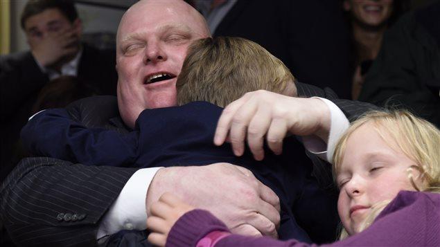 Rob Ford serre ses deux enfants dans ses bras après son élection comme conseiller municipal dans son château fort de l'ouest de Toronto.