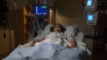 Patiente dans le coma sur lit d'hôpital