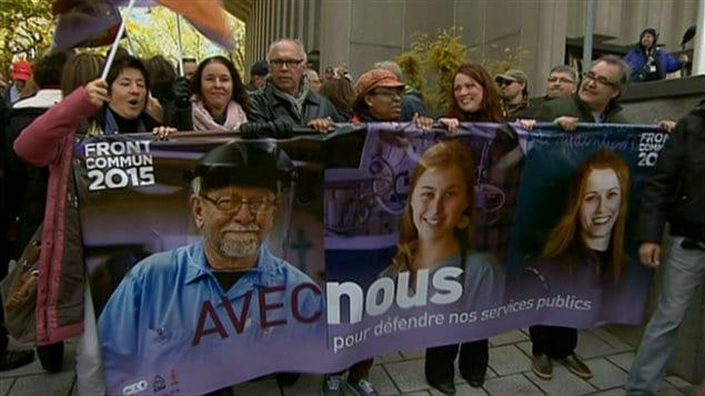 Le Front commun qui regroupe la CSN, la FTQ et le Secrétariat intersyndical (APTS, SFPQ, CSQ) ont manifesté à Québec.