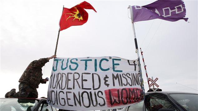 Manifestants lors du blocus des voies ferrée de Via et de la route Wyman près de Shannonville en Ontario, le 19 mars 2014, demandant justice pour les femmes autochtones disparues ou assassinées.
