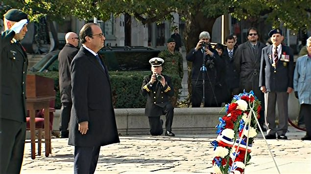 Le président français, François Hollande, se recueille au Monument commémoratif de guerre du Canada.