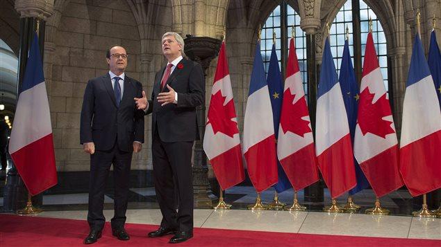 Le premier ministre Harper explique au président Hollande l'attentat dans les couloirs du parlement le 22 octobre 2014.