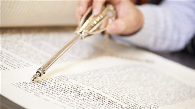 Un garçon lisant la Torah