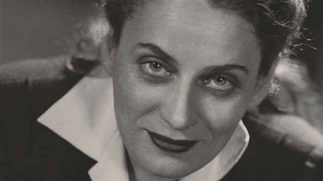 Portrait de l'écrivaine Gabrielle Roy réalisé par Annette Zarov du studio Basil, vraisemblablement à l'hiver 1947.
