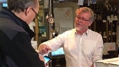 Richard Harvey, le propriétaire de la boutique Metrovino, conseille un client.