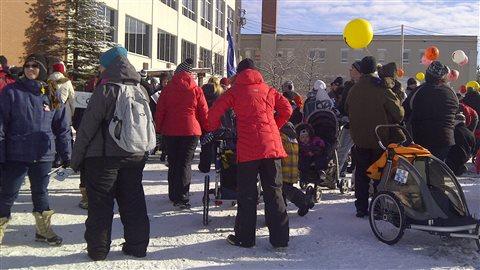 Éducatrices et familles manifestent à Rouyn-Noranda.