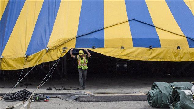 Un employé du Cirque du Soleil au moment de dresser le chapiteau