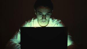 Un adolescent sur Internet